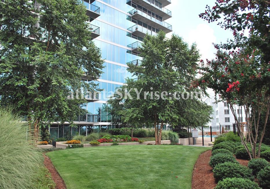 1010 Midtown Atlanta Condominium Lawn