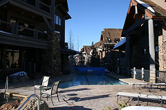 The swimming pool at Bear Paw Lodge surrounded by villa-style properties.